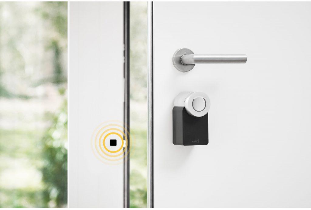 Nuki Opener an der Tür in Verbindung mit der Nuki Smart Lock 2.0
