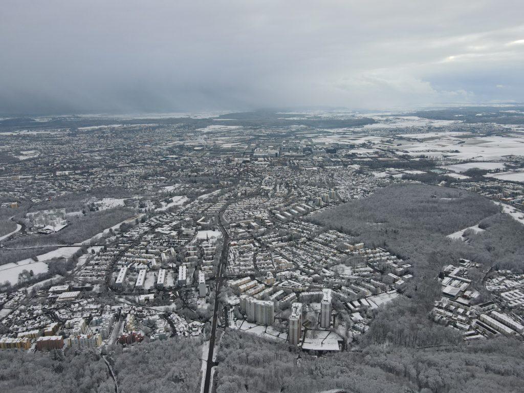 Luftaufnahme der Drohne im Winter
