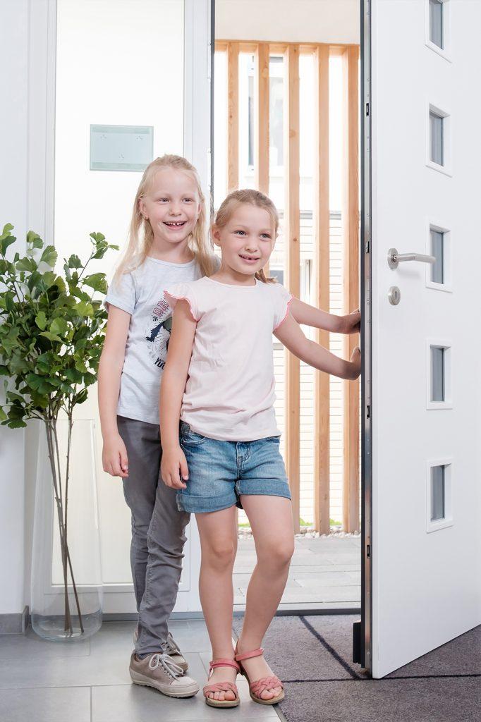 Kinder öffnen Haustüre